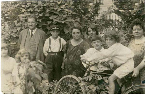 Familia Avram Imbroane cu copiii și rudele (surorile Sofiei) la Cernăuți, 1925
