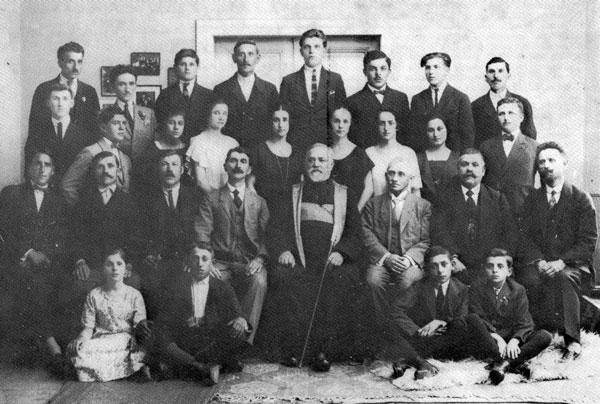 Corul bisericii ortodoxe române din Vârșeț cu preotul Traian Oprea (1926)