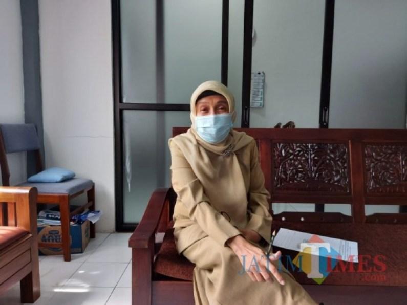 Kepala Dinsos-P3AP2KB Kota Malang Peny Indriani saat ditemui pewarta di ruangan kerjanya, Senin (25/1/2021). (Foto: Tubagus Achmad/MalangTimes)