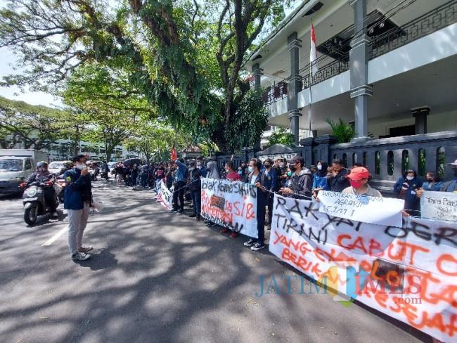 Salah satu massa aksi Aliansi Malang Bergerak yang sedang berorasi.
