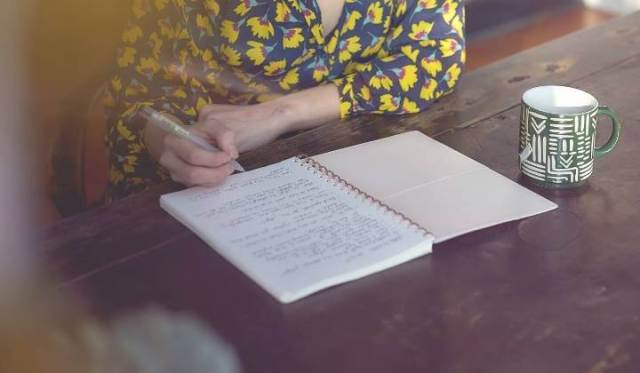 """WRITING A GOOD BOOK REVIEW: IS THERE A WRONG OR RIGHT WAY? Chatting on """"how to write a book review,"""" plus the question of right or wrong. © Rissi JC"""