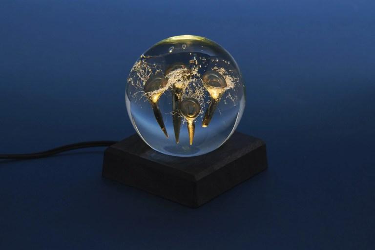 Produktfoto av minnesklotet från Rejmyre glasbruk, åt Fonus Öst.