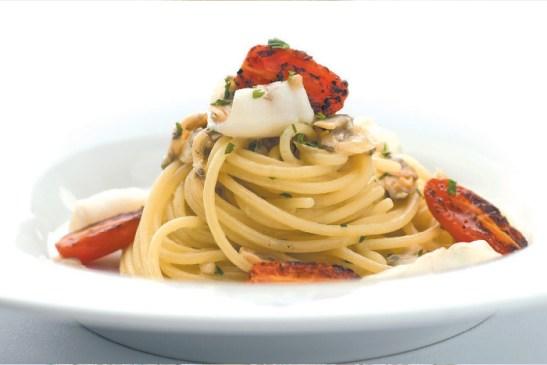 Spaghetti con calamari, vongole e scampi