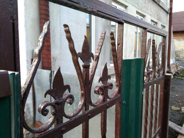 Ковані елементи старих дверей стали частиною хвіртки. - фото 64308