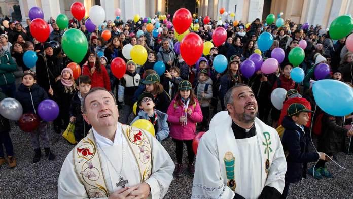 Tutti con il naso all'insù per l'omaggio alla Madonna da parte dei Vigili del Fuoco