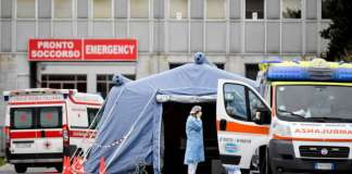 Tenda triage allestita davanti al'ospedale di Brescia