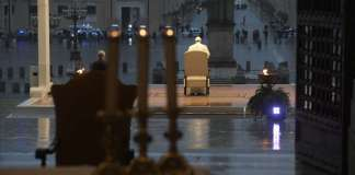 Un momento della preghiera di venerdì sera in piazza San Pietro