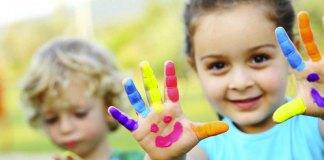 Un gioco dei bambini: colorarsi le maniare