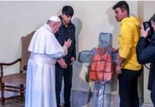 Papa Francesco benedice una croce a Lesbo