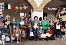 Il gruppo delle donne con Gianni Grandu, presidente del consiglio comunale
