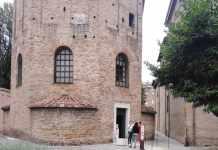 Turisti all'ingresso del Battistero Neoniano