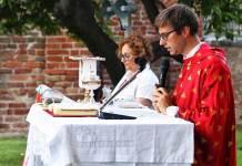 Don Lorenzo Rossini durante una Messa per San Lorenzo a Galla Placidia
