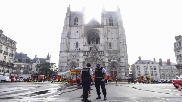 La cattedrale di Nantes durante l'incendio