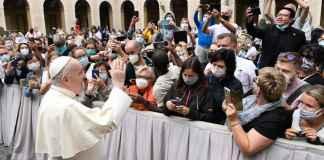 Papa Francesco saluta i fedeli all'inizio dell'udienza
