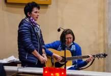 Suor Patrizia Cazzaro, alla chitarra, con una consorella