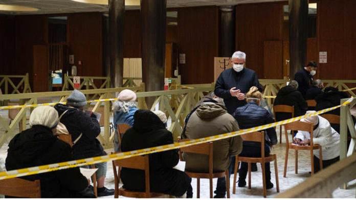 La fila delle persone in Vaticano per le vaccinazioni
