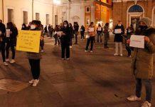 Una delle manifestazioni per la scuola in presenza in piazza del Popolo