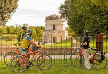 Turisti in bicicletta al Mausoleo di Teodorico