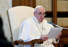 Papa Francesco durante un'udienza