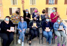 Le mosaiciste che stanno realizzando l'opera con l'assessora Ouidad Bakkali e Alessandra Bagnara