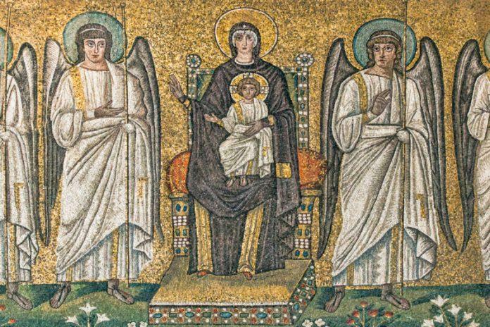 La Vergine in trono con il bambino in mosaico conservata a Sant'Apollinare Nuovo