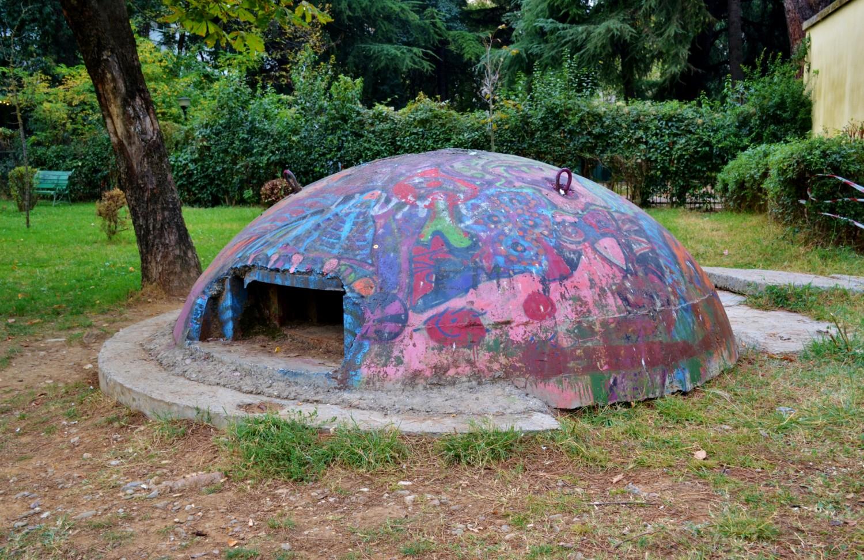 Un esempio di piccolo bunker a Tirana