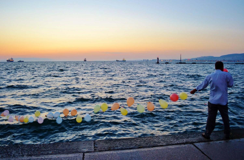 Venditore di pallonicini sul molo di Smirne