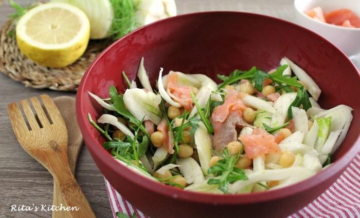 insalata di finocchi con salmone, ceci e rucola