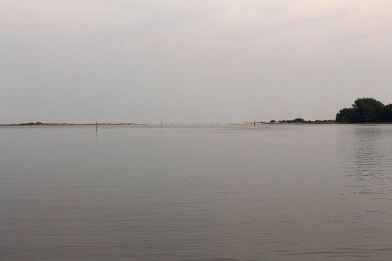 """Die """"Landebahn"""" ist frei und der Wind ist auch weg. In der Karte ist eine große Fischzuchtanlage eingezeichnet. In der Bucht gibt es aber keine."""