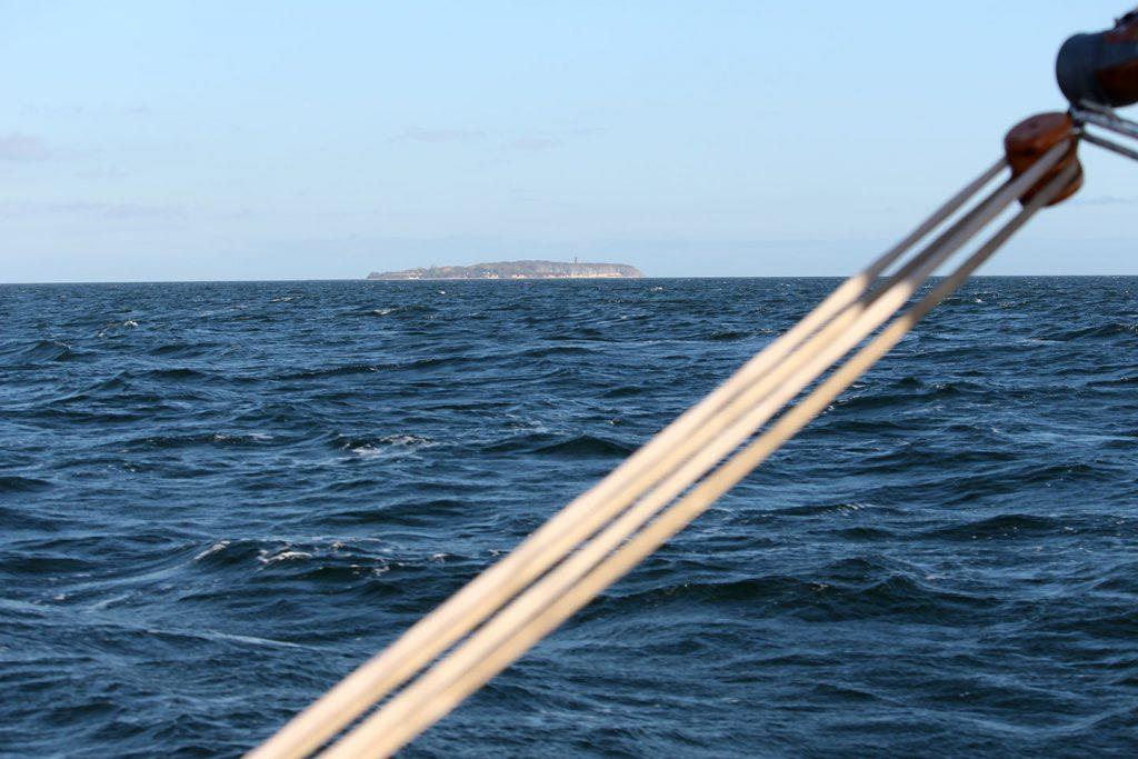 Am Horizont ist die Greifswalder Oie zu sehen