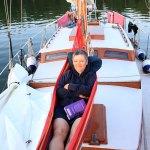 Annette in der Hängematte auf dem Vorschiff