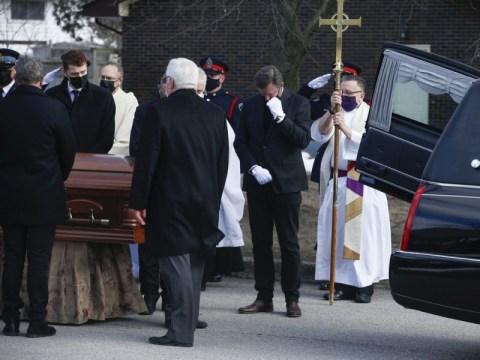 Wayne Gretzky는 장례식에서 '금의 심장'을 가진 남자로 그의 아버지 Walter를 기억합니다.