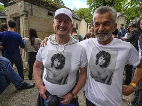 문 팬들은 그의 죽음 50 주년을 맞아 파리에서 짐 모리슨을 기억한다