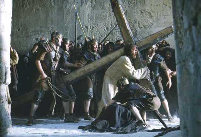 Gesù trascina la croce fino al monte calvario, la piaga di gesù sulla spalla