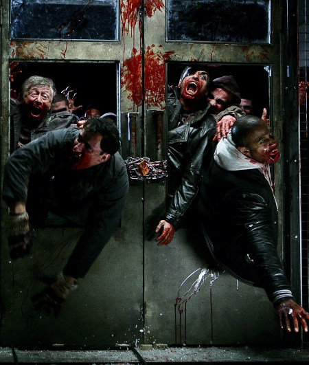 zombies-breaking-through-la_horde