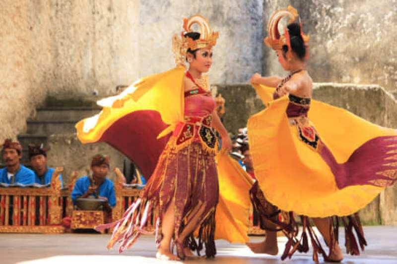 Gambar penari cendrawasih sedang melakukan gerakan