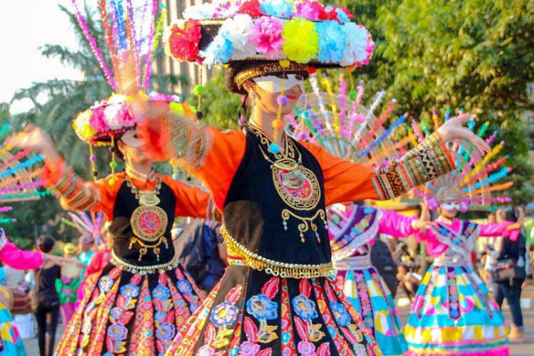 Gambar penari yapong dengan propertinya