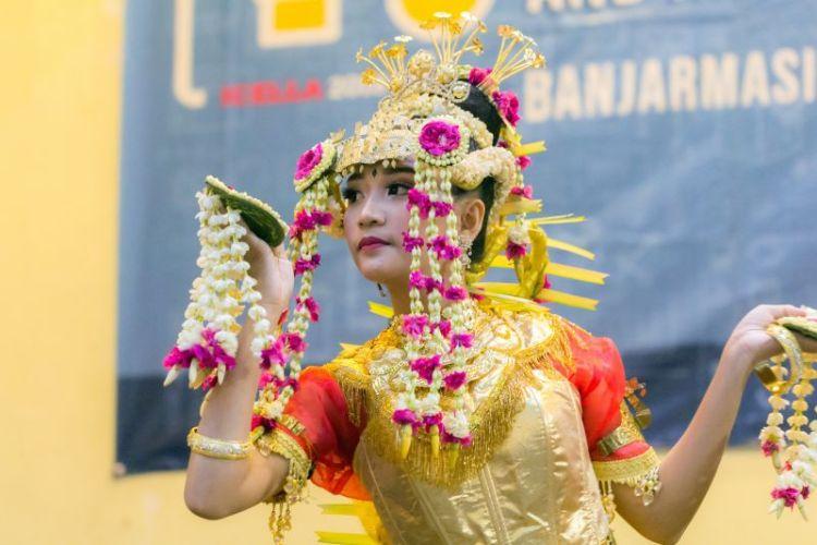 Gambar penari baksa kembang dengan hiasan bunga