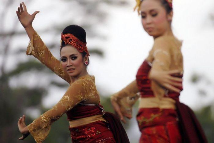 Gambar dua penari jaipong dengan riasan cantik