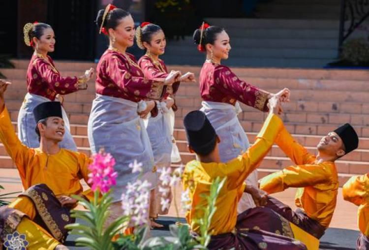 Gambar penari melakukan gerakan pola lantai