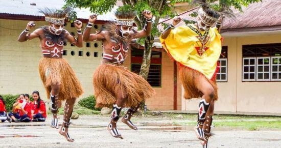 Gambar tari sajojo berasal dari daerah Papua