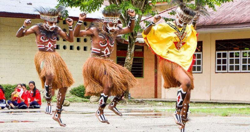 Gambar penari sajojo melakukan gerakan