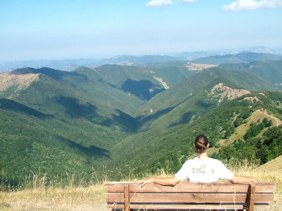 Parco Antola panchina con vista sulle montagne