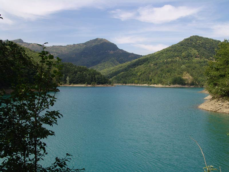 Lago del Brugneto in mezzo alla natura