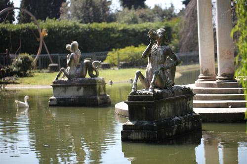 Villa Durazzo Pallavicini sculture nel laghetto