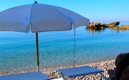 Balzi Rossi spiaggia con mare cristallino