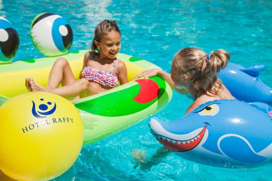 bambini in piscina