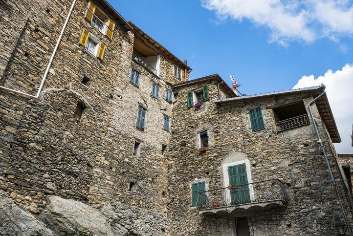 Triora case antiche e cielo blu