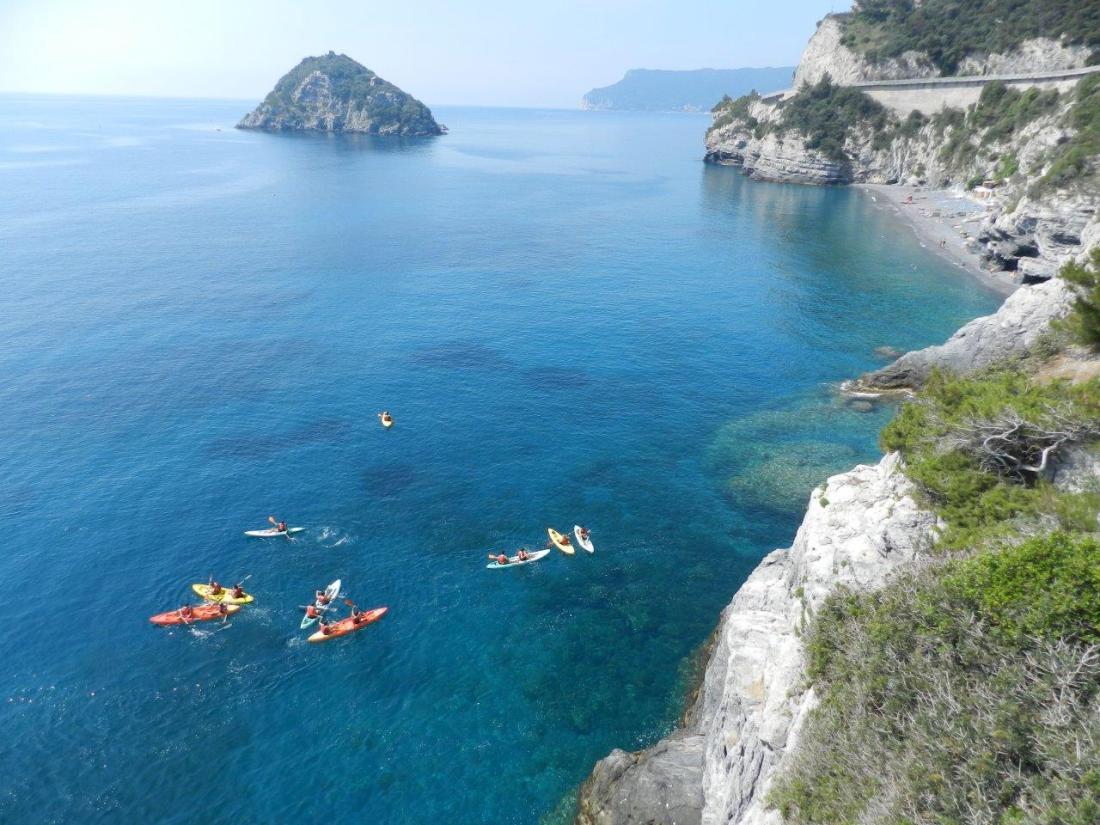 Isola di Bergeggi con mare cristallino