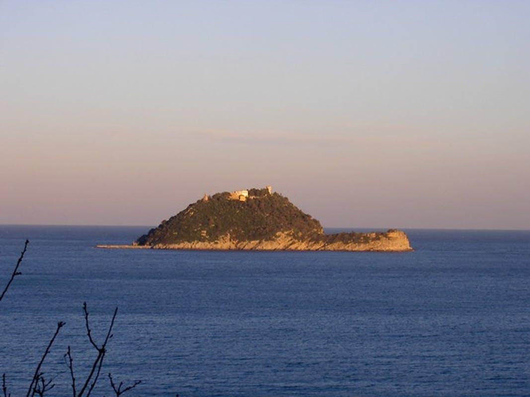 Vista sull'isola di Gallinare sul mare